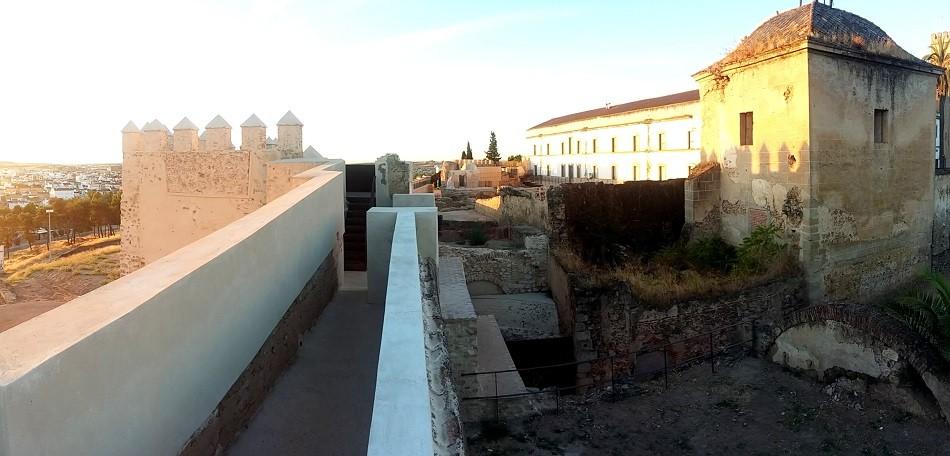 En primer término, restos de la casa fuerte junto a la puerta del Alpendiz